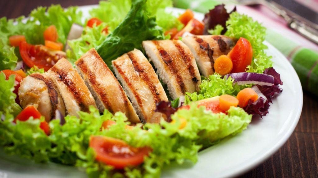 comida saludable pollo y vegetales para bajar de peso rapido en un mes