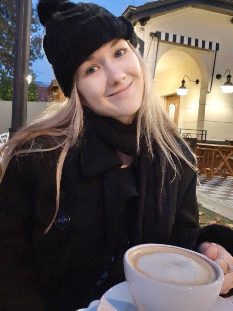 cafe o yerba mate tomando cafe